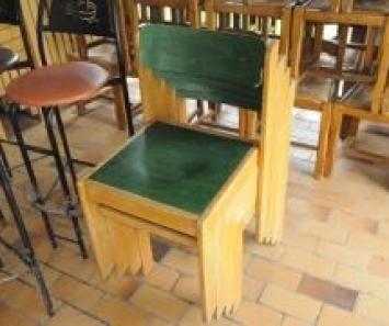 Cinq chaises en bois