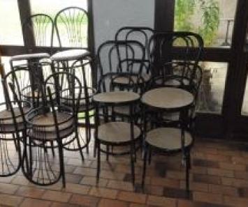 Dix-huit chaises de bistrot