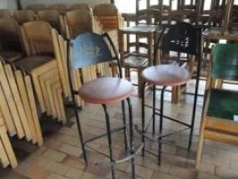 Deux sièges de bar