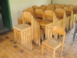 Dix chaises en bois