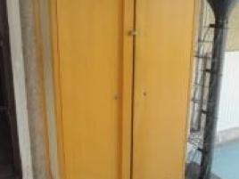Deux armoires en bois clair