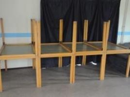 Huit tables rectangulaires oss
