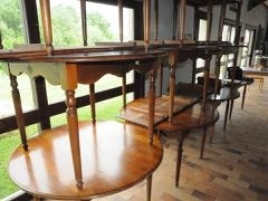 Dix tables rondes en bois à ra